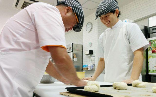 下地ミキオ衆議院議員がパン作り職場体験!パン生地を成形