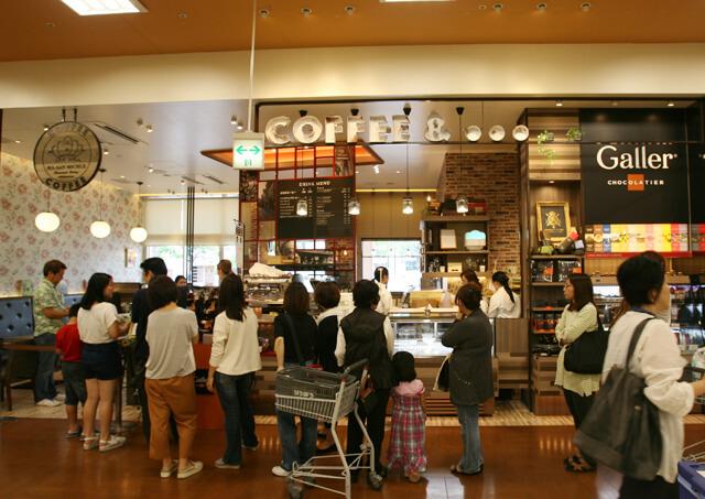 マーサンミッシェルカフェ天久リウボウ店、お客様が並んでいる模様の写真