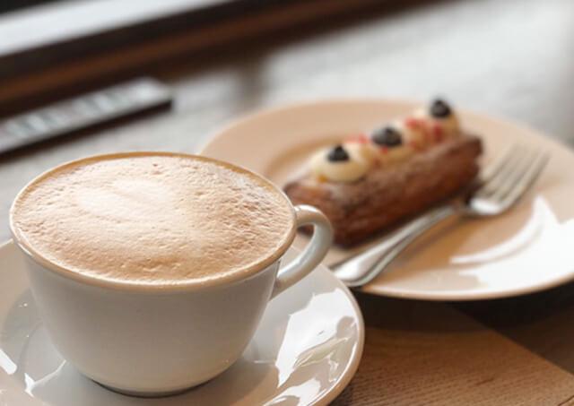 豆や製法にこだわった優雅で香り高いコーヒーの写真「カプチーノ」