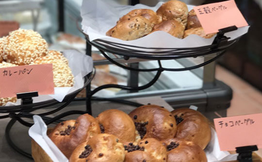 マーサンミッシェル ブーランジェリーの焼き立てパンの写真