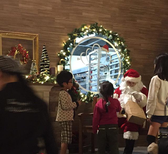 マーサンミッシェルブーランジェリー内間本店、マーサンタからプレゼントをもらう子供たち
